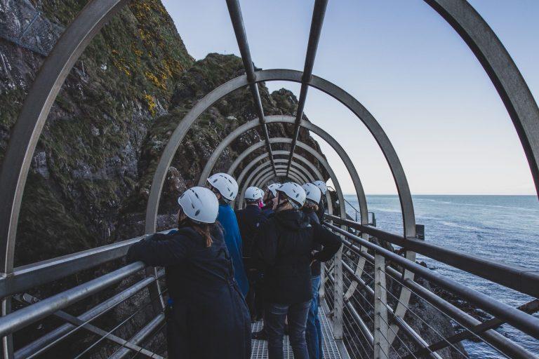 Le sentier maritime des Gobbins : une aventure à flanc de falaise